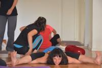 תרגול יוגה במרכז